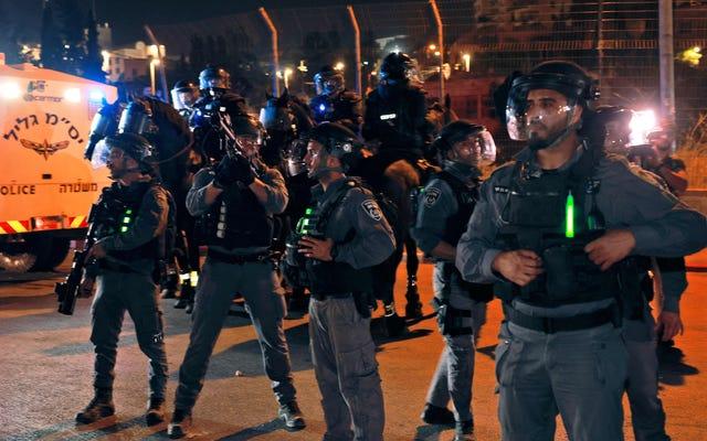 イスラエル警察がエルサレムモスクへの恐ろしい攻撃で200人ものパレスチナ人を負傷