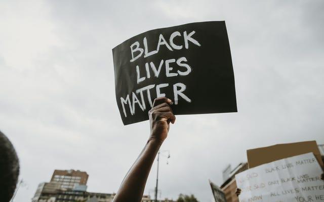 백인 취약성 결과 'Black Lives Matter'셔츠를 입고 오클라호마 초등학교에서 수업을 멈춘 흑인 소년 2 명
