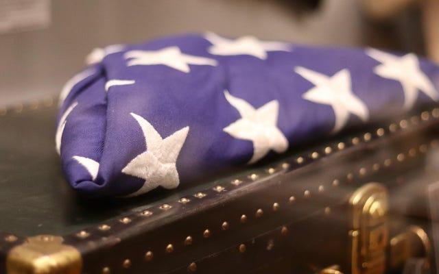 미국 국기를 올바르게 접고, 전시하고, 폐기하는 방법