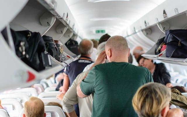 มารยาทที่ถูกต้องในการลงจากเครื่องบินคืออะไร?
