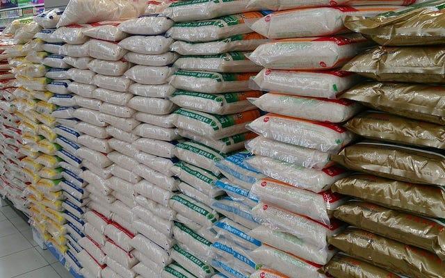 नाइजीरिया में अधिकारियों ने नकली प्लास्टिक चावल के 100 से अधिक बैग जब्त किए