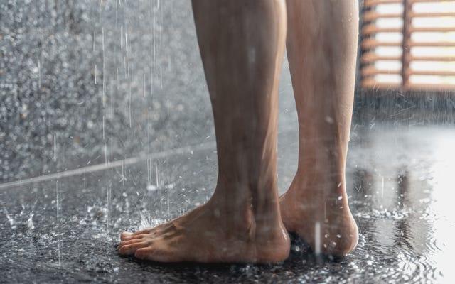 Tak, możesz sikać pod prysznicem