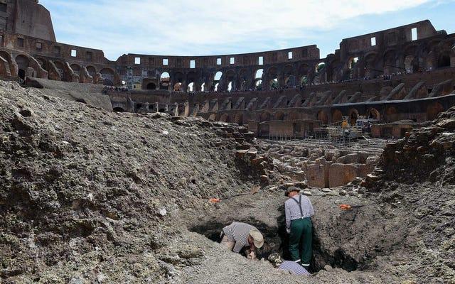 考古学者は、古代ローマ人を掘ったコロッセオの売店を発見しました10デナリウスの小さな粘土のワイン