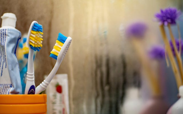 Gunakan Krim Cukur untuk Menjaga Cermin Kamar Mandi Anda Bebas Kabut