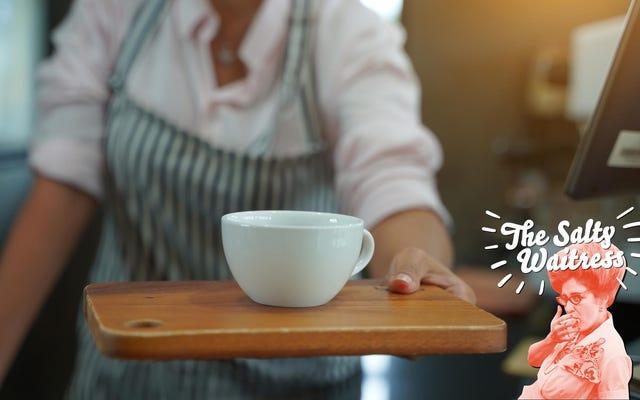 私のサーバーは私にコーヒーをこぼした。まだチップを払う必要がありますか?
