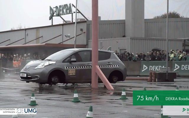 วิดีโอการทดสอบการชนแบบสโลว์โมชั่นจับภาพการทำลายล้างยานยนต์