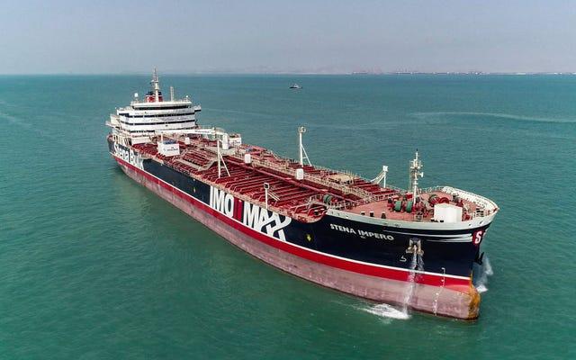 余剰により、トレーダーは世界の石油供給を海上タンカーに貯蔵することを余儀なくされています
