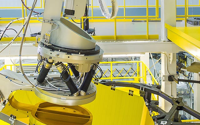 To ramię robota wsuwa lustra Jamesa Webba dokładnie tam, gdzie powinny