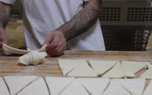 ビデオ:クロワッサンを作る熟練した美しさ