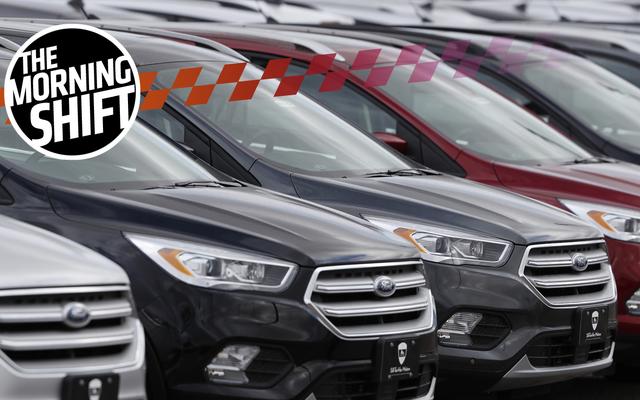 Le auto nuove invendute traboccano nei centri commerciali e nei campi vuoti