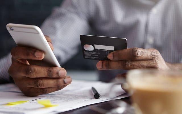 新しい世論調査によると、現金、クロップド:銀行手数料は黒人とラテン系の顧客に最も大きな打撃を与えた