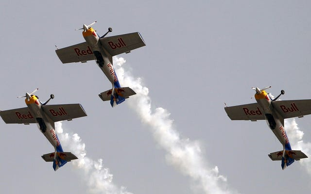 レッドブルの曲技飛行機がパフォーマンス中に空中で衝突する
