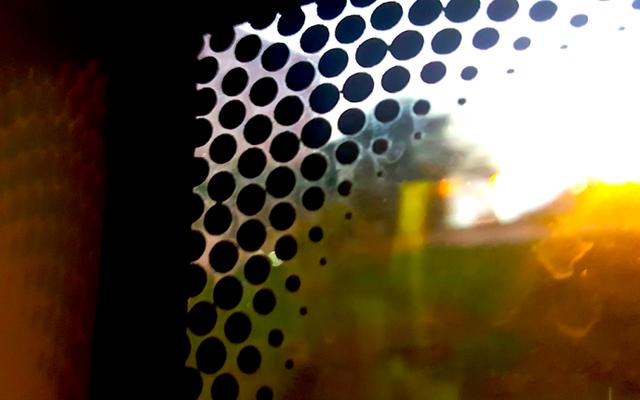 वास्तव में विंडशील्ड के किनारों पर छोटे काले बिंदु क्या हैं?