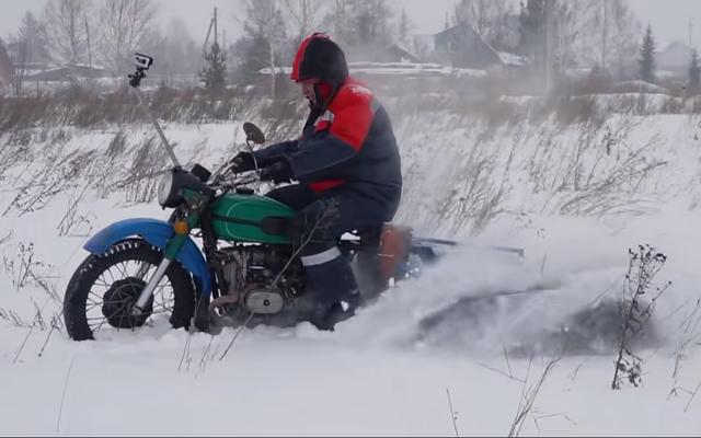 ガレージ54は5輪ATVをヒンジのないロシアのスノーモービルに変えます