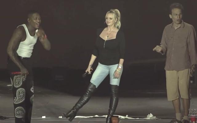 Et ici nous avons Stormy Daniels et YG dansant sur 'FDT (Fuck Donald Trump)'