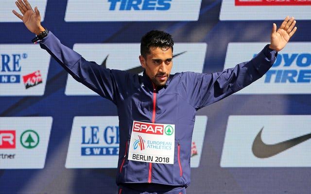 Francuski maratończyk uderza w wodę z dala od zawodników, co nie dziwi, że kończy bez medalu