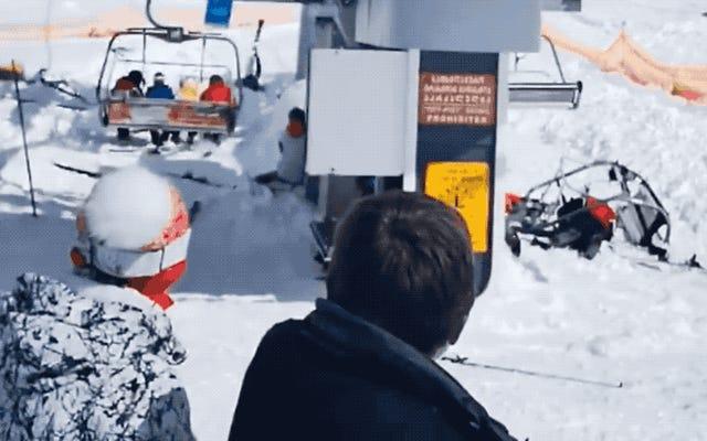 チェアリフトがその2倍の速度で動き始め、スキーヤーを飛ばします