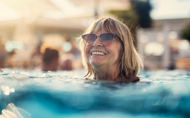 フロリダの英雄は塩素処理されたプールで感謝祭の七面鳥を解凍します