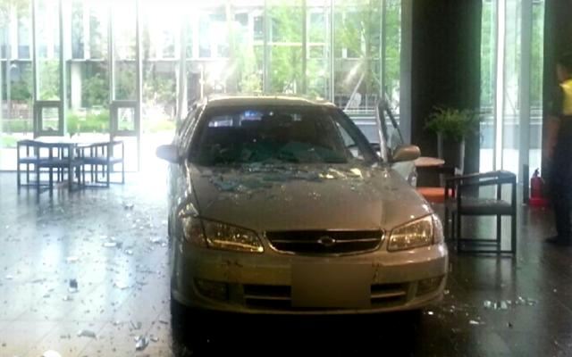 男はゲーム会社のオフィスに車を衝突させることを認める