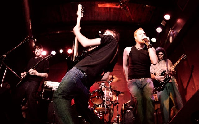 Band Benar-Benar Menghancurkan Asses Untuk Mendapatkan Penonton Konser Lokal Mengangguk
