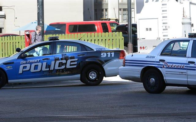 デトロイト警察官は、覆面捜査が失敗した後、お互いに戦うことになります