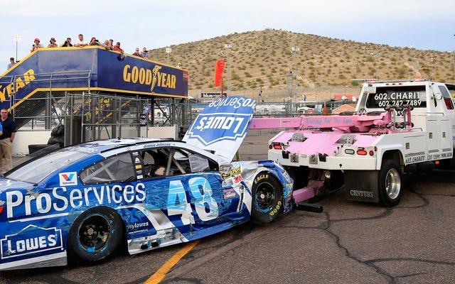 लूज स्टीयरिंग व्हील क्वालिफाइंग के दौरान NASCAR के जिम्मी जॉनसन को दीवार में भेजता है