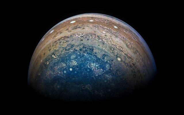 ジュノプローブは再びジュピターの周りの軌道を完成しました、そして写真は驚異的です