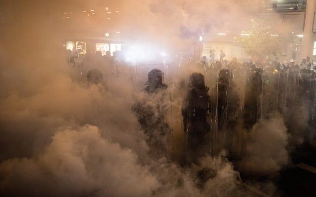 アップルは中国政府に対する抗議として香港の店舗を早期に閉鎖し、取り締まりはエスカレートする