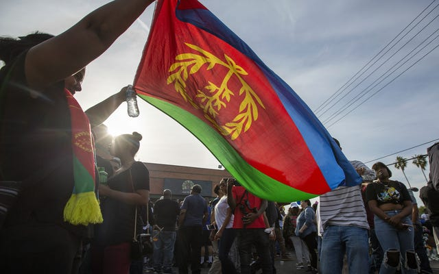 ウォッチ:エリトリアのアメリカ人コミュニティが独自のコミュニティの1つを嘆き悲しむエリトリアのプライドに関するニプシーハッスル