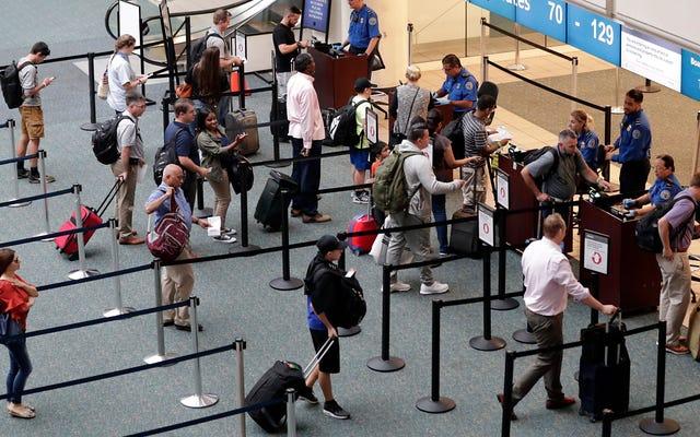 Un officier de la TSA en congé saute à la mort à l'aéroport international d'Orlando