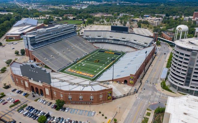 Exjugadores de fútbol americano de Iowa retiran un acuerdo de $ 20 millones y presentan una demanda por discriminación racial contra la universidad
