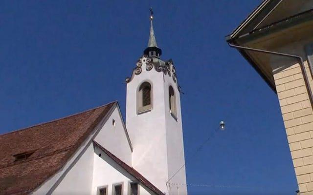 スイスの町は教会の鐘を着メロに置き換え、地球上の地獄の案内係