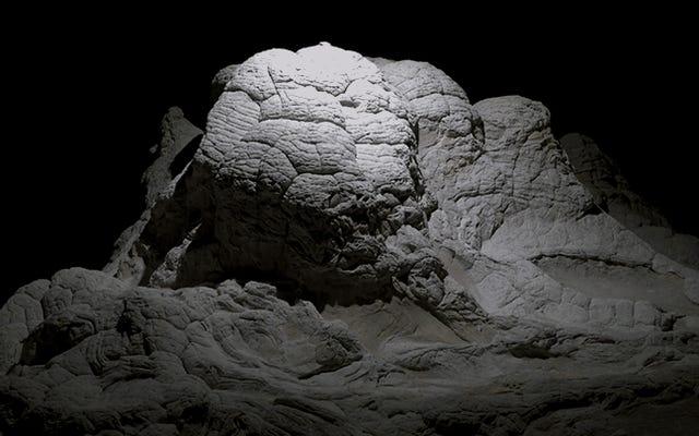 Bumi Terlihat Seperti Dunia Alien yang Suram Di Bawah Cahaya Drone yang Membutakan Yang Membawa Sorotan