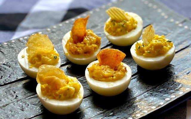 Zrób swoje diabelskie jajka z chipsami ziemniaczanymi