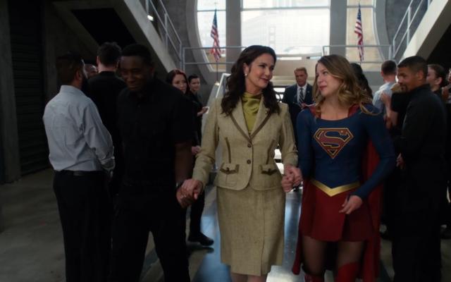 Le président Wonder Woman Guest a joué dans une supergirl glorieusement gay