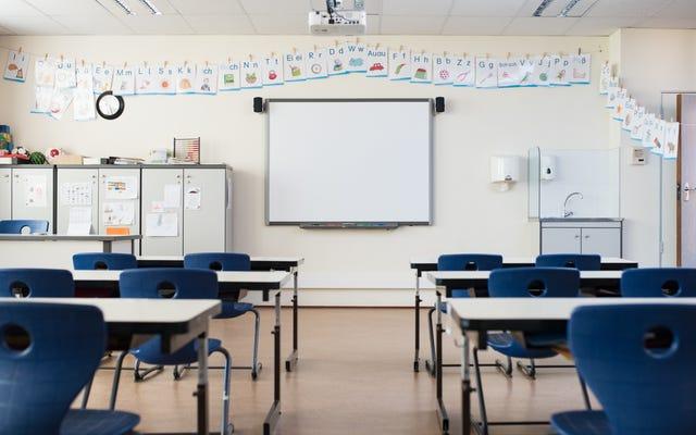 シャーロッツビルの学校は「民族浄化」のオンライン脅威の後に閉鎖