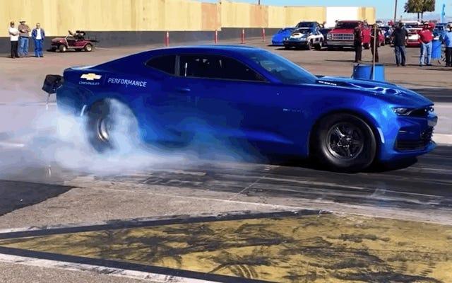 Ecco il video della Chevy Camaro elettrica eCOPO che fa un quarto di miglio su una striscia di trascinamento