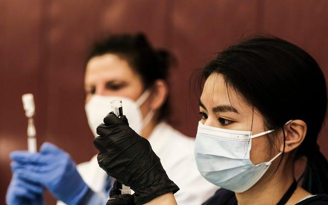 CDC、FDA、6人が血栓に苦しんだ後、連邦サイトでのジョンソン&ジョンソンワクチンの使用を停止