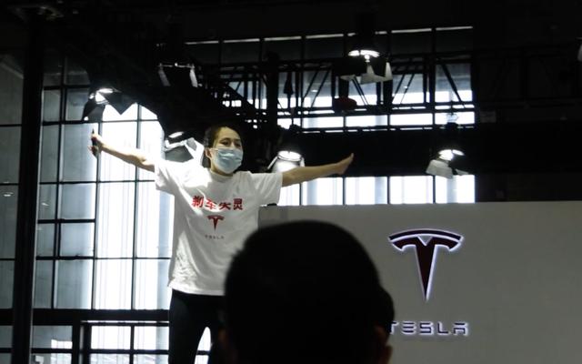 ผู้ประท้วงถูกลากออกจากบูธของ Tesla ในงาน Shanghai Auto Show