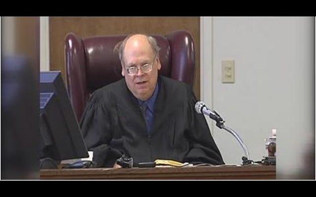 テキサス州の裁判官は、男性にガールフレンドと結婚するか刑務所に行くよう命じました