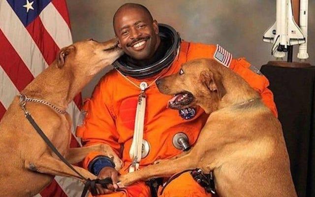 子供たちに刺激を与え、犬を宇宙に送ることについて、世界で最もクールな宇宙飛行士と話をしました