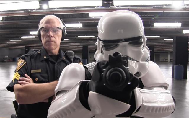 स्टॉर्मट्रूपर टेक्सास पुलिस भर्ती वीडियो में बल के लिए प्रयास करता है