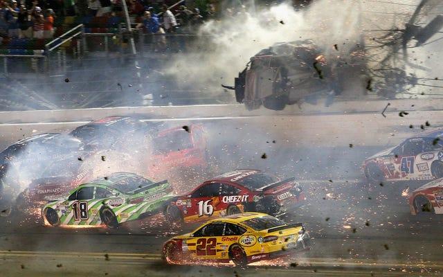 लोग 2015 में डेटोना में उस दुःस्वप्न NASCAR मलबे से चोटों पर मुकदमा कर रहे हैं