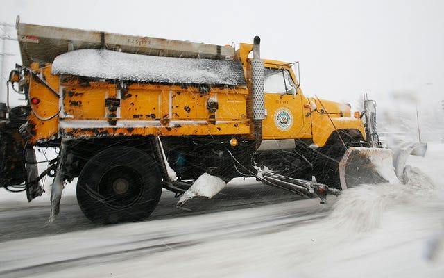 Garam tidak mencairkan salju. Inilah alasan sebenarnya mereka membuangnya di jalan di musim dingin