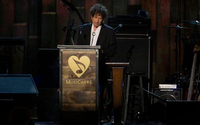 Bob Dylan mengirim Patti Smith ke Swedia untuk menerima Hadiah Nobelnya