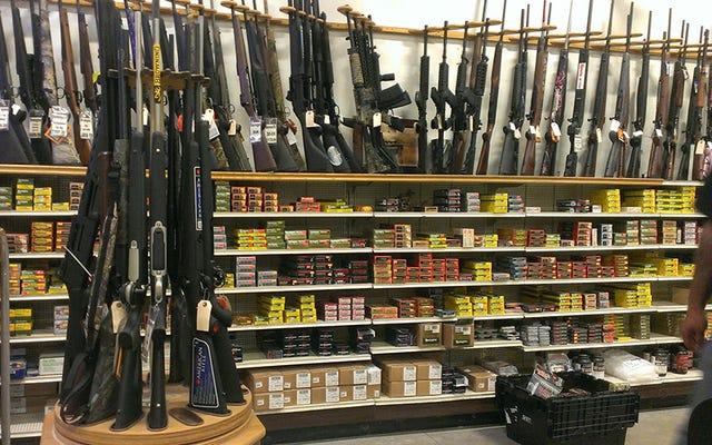 अमेरिका ने मानसिक रूप से विकलांग लोगों को बंदूकें खरीदने से रोकने के प्रस्ताव पर रोक लगाई