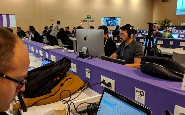 Chúng tôi đã phỏng vấn nhà báo mang iMac 27 inch đến phòng họp báo MWC