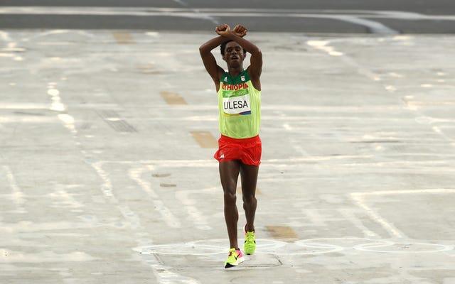 マラソン銀メダリストのフェイサ・リレサは、オリンピックの抗議後にエチオピアに戻ったら「たぶん彼らは私を殺すだろう」と言う