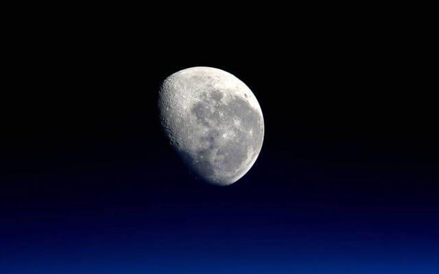 आपको चंद्रमा को देखना चाहिए