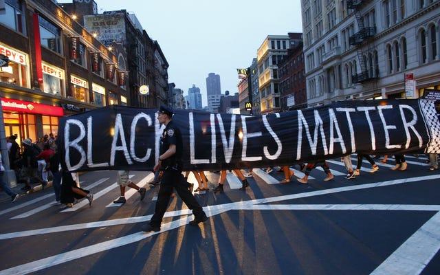 มวลชนสีขาวนายกเทศมนตรีจะไม่ลบแบนเนอร์เรื่องชีวิตสีดำออกจากศาลากลาง